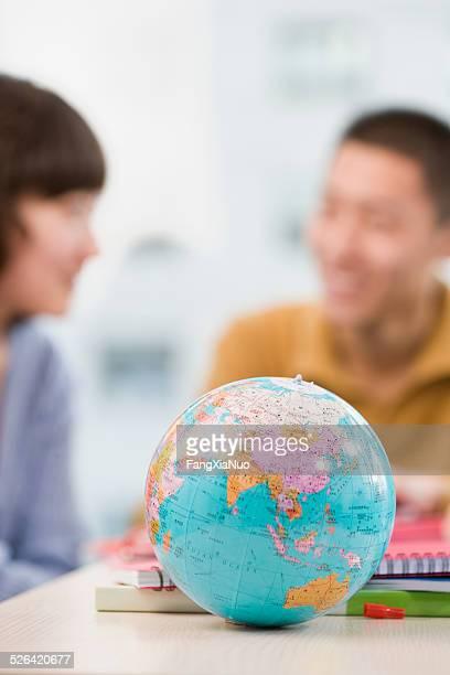El mundo, el modelo frente de dos personas