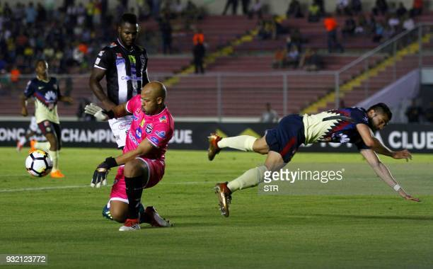 The goalkeeper of Panama's team Tauro Oscar McFarlane vies for the ball with Henry Martin of Mexico's America during their second leg match of the...
