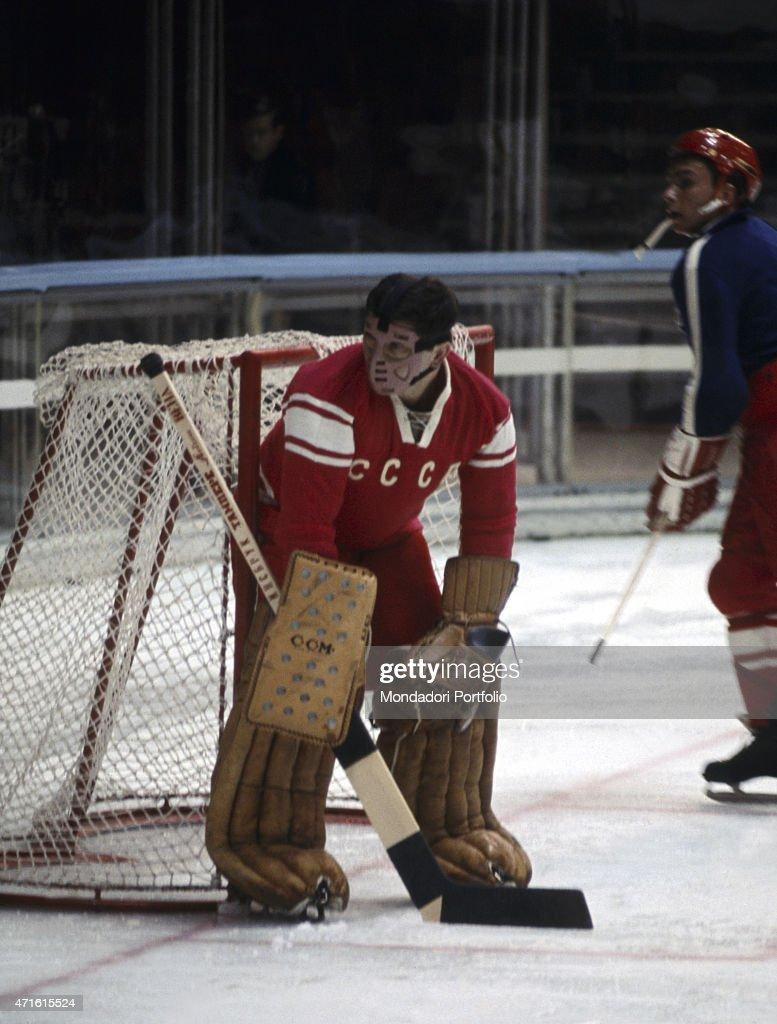 Goalkeeper of the Soviet ice hockey team at the 1956 Winter Olympics : News Photo