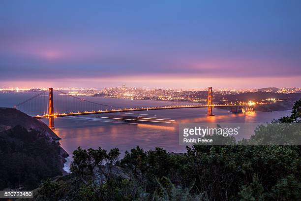 the golden gate bridge, san francisco skyline and san francisco bay in evening - robb reece stockfoto's en -beelden