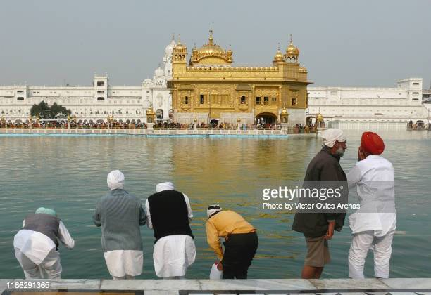 the golden temple. sikh pilgrims. ritual bath in amritsar, punjab, india - victor ovies fotografías e imágenes de stock