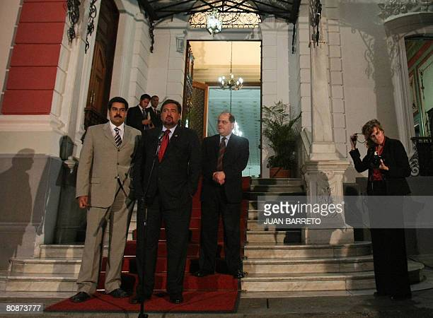 The governor of New Mexico Bill Richardson speaks next to Venezuelan Foreign Minister Nicolas Maduro at the entrance of the Miraflores presidential...