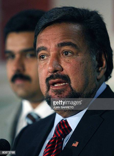 The governor of New Mexico Bill Richardson speaks with the press next to Venezuelan Foreign Minister Nicolas Maduro at the entrance of the Miraflores...