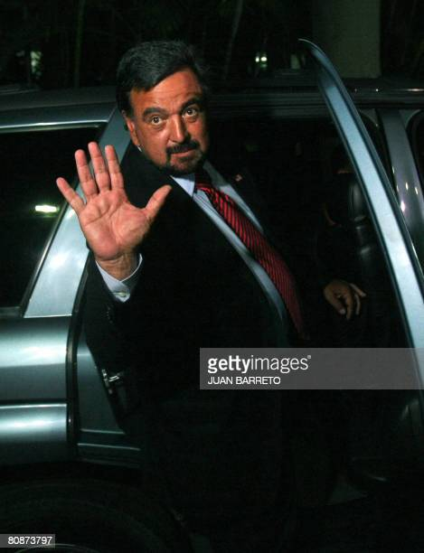 The governor of New Mexico Bill Richardson waves to the press as he leaves Miraflores presidential palace after meeting Venezuelan President Hugo...
