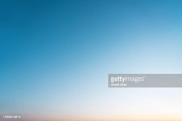 the gradient of the sky at sunset - lucht stockfoto's en -beelden