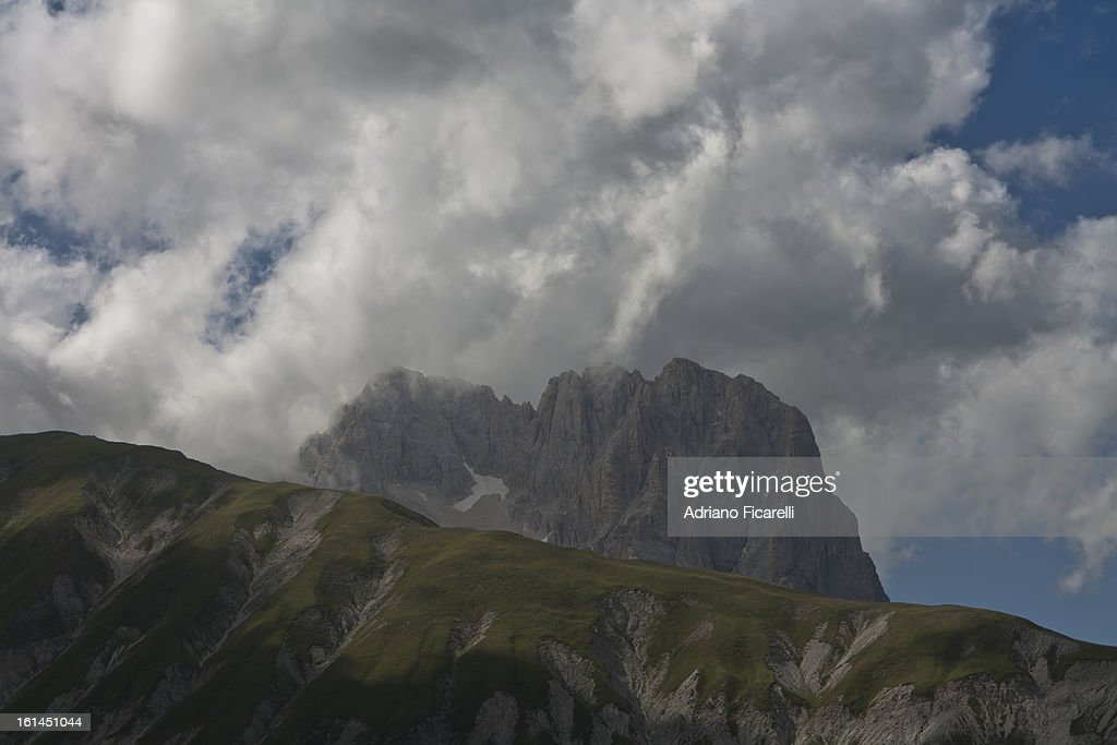"The ""Gran Sasso"" touches the clouds : Foto stock"