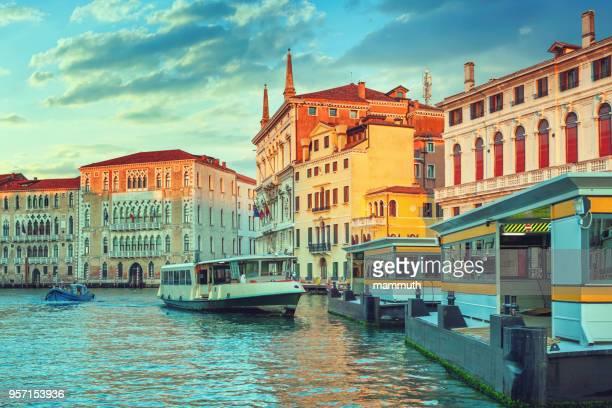 der grand canal in venedig - vaporetto stock-fotos und bilder