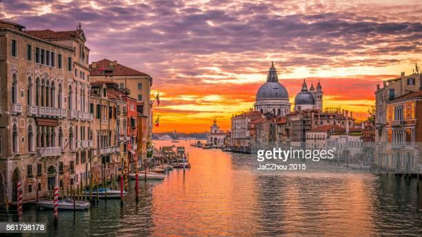 the grand canal sunrise,venice - gran canal venecia fotografías e imágenes de stock