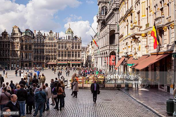the grand place or grote mark in brussels. - drapeau belge photos et images de collection