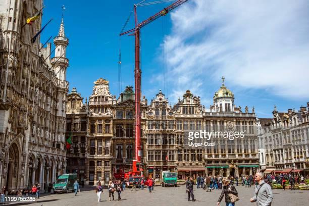 the grand place or grote markt is the central square of brussels. - região da capital - fotografias e filmes do acervo