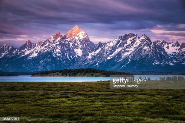 the grand tetons mountain range in wyoming, usa. - グランドティトン国立公園 ストックフォトと画像