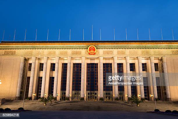 the great hall of the people at dusk, beijing, china - gran salón del pueblo fotografías e imágenes de stock