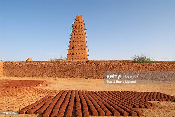 the great mosque of agadez, niger - ニジェール ストックフォトと画像