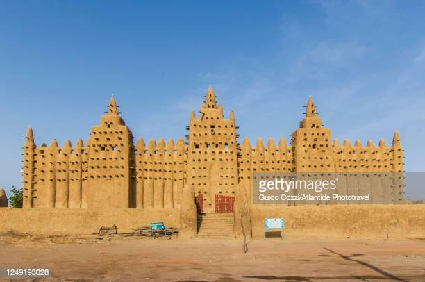 the great mosque of djenné is probably the largest building in the world in adobe. mali, africa - grand mosque stock pictures, royalty-free photos & images