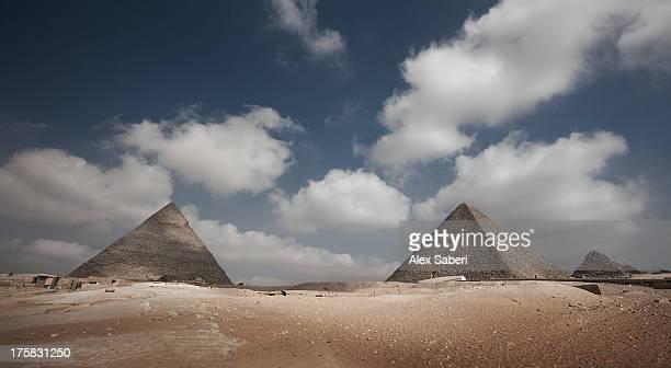 the great pyramids of giza on a sunny day. - alex saberi stock-fotos und bilder