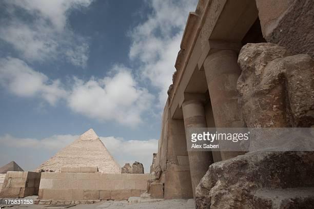 the great pyramids of giza on a sunny day. - alex saberi fotografías e imágenes de stock