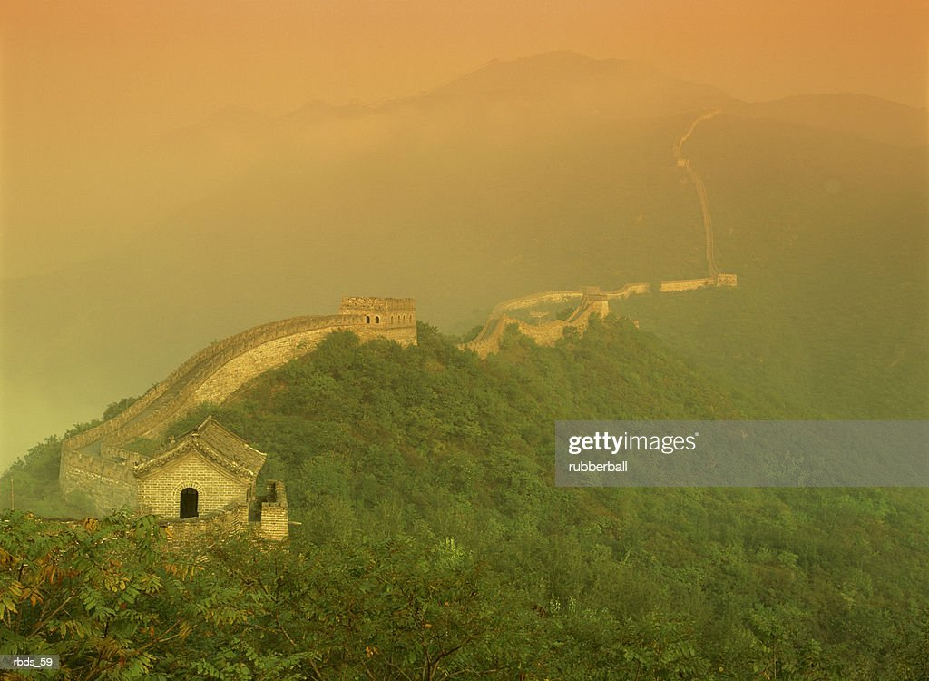 the great wall of china with a warm yellow sky : Stockfoto
