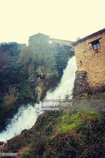 the great waterfall - orbaneja del castillo photos et images de collection