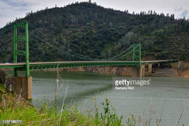 the green bridge on hwy 162 over lake oroville on an overcast day - カリフォルニア州オーロビル ストックフォトと画像
