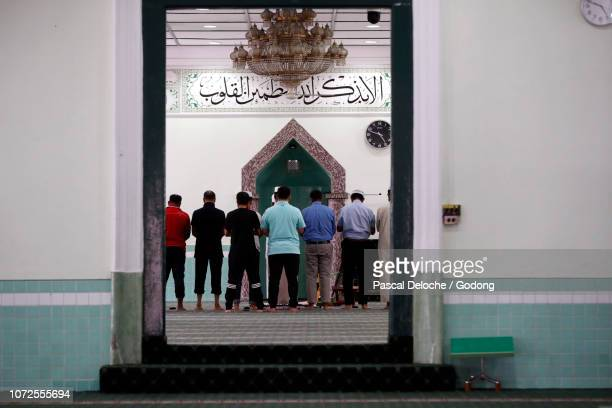 the green mosque or masjid jamae, one of the earliest mosques in singapore located in  chinatown. muslims praying. salat. singapore. - {{asset.href}} stock pictures, royalty-free photos & images