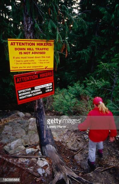"the grouse grind 2.9km trail (nicknamed ""mother nature's stairmaster""), grouse mountain. - montanhas north shore imagens e fotografias de stock"