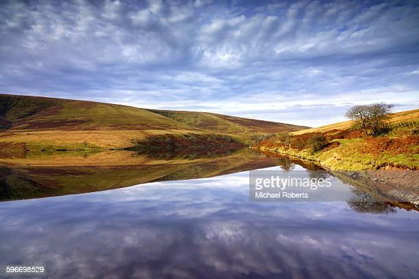 the grwyne fawr reservoir, black mountains, wales - crickhowell foto e immagini stock