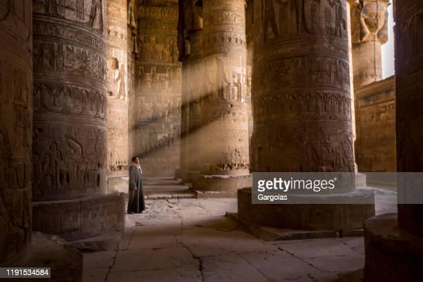 de hoedster van de tempel, egypte - tempelcomplex van dendera stockfoto's en -beelden