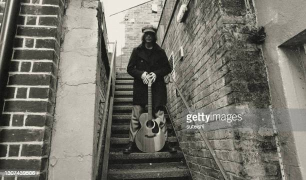 the guitar player in brighton - pop musician stock pictures, royalty-free photos & images