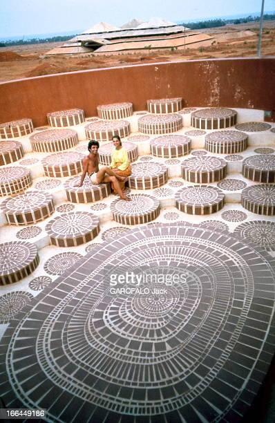 The Guru Of Auroville Découverte aux Indes de l'étrange cité d'Auroville bâtie par des illuminés venus du monde entier à l'Apple de 'la Mère'...