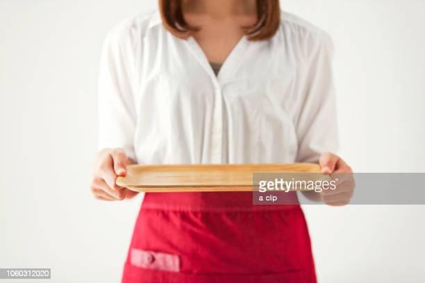 お盆を持つ女性の手元 - ボン ストックフォトと画像