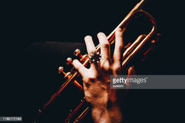 the hands of the trumpet player - arte, cultura e espetáculo imagens e fotografias de stock