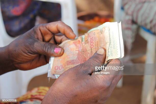 the hands that count the cfa franc - áfrica del oeste fotografías e imágenes de stock