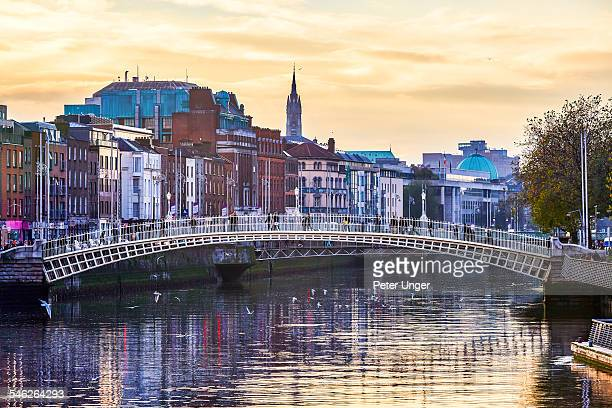 the ha'penny bridge in dublin - riverbank stock pictures, royalty-free photos & images