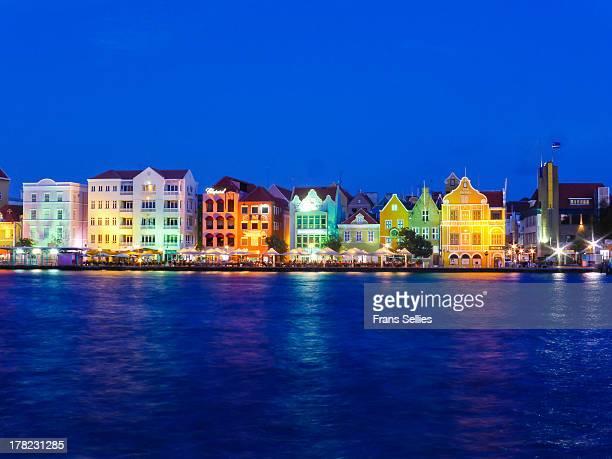the harbor front of willemstad, curaçao - frans sellies stockfoto's en -beelden