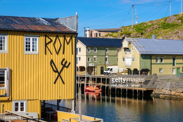 the harbour in fishingvillage nyksund in vesterålen norway - finn bjurvoll stock-fotos und bilder
