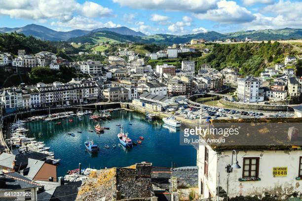 the harbour of luarca - principado de asturias fotografías e imágenes de stock