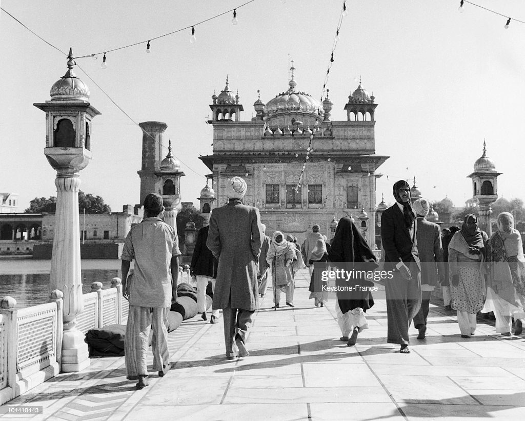The Harmandir Sahib of Amritsar is the spiritual and cultural centre of the sikhe community in India in the 40`s