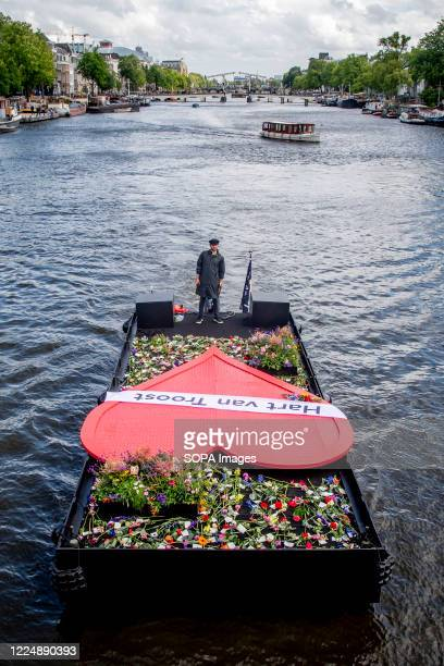 The Hart van Troost starts an eight-day trip through the Amsterdam canals. Survivors and relatives of victims of the coronavirus pandemic leave...