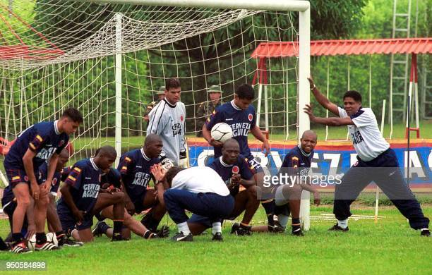 The head coach of the Colombian soccer team Francisco Maturana stretches with his team in Cali 25 May 2001 El tecnico Francisco Maturana realiza...