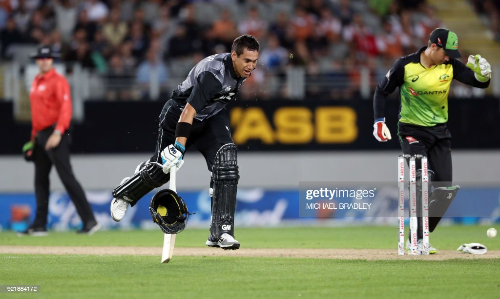 The helmet of New Zealand's Ross Taylor (C) comes off as he makes a run during the final Twenty20 Tri Series international cricket match between New Zealand and Australia at Eden Park in Auckland on February 21, 2018. /