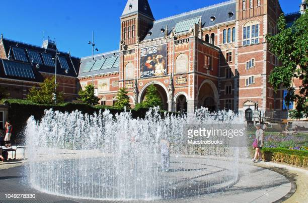 "the ""hide and seek"" fountain outside rijksmuseum gardens. - museumplein stock pictures, royalty-free photos & images"
