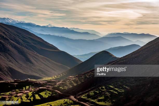 el alto atlas, valles, colinas niebla, marruecos, norte de africa - marruecos fotografías e imágenes de stock