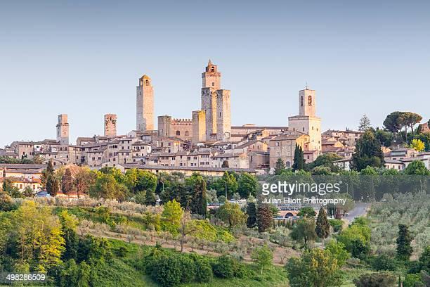the hilltop town of san gimignano, tuscany. - luogo d'interesse internazionale foto e immagini stock