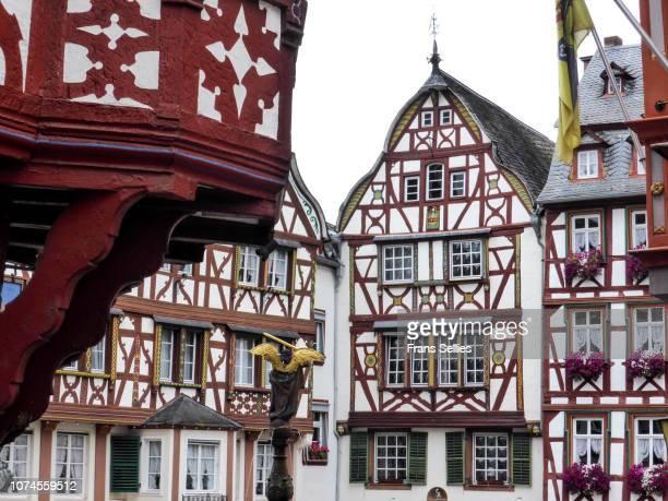 the historic marketplace in bernkastel, germany - ハーフティンバー様式 ストックフォトと画像