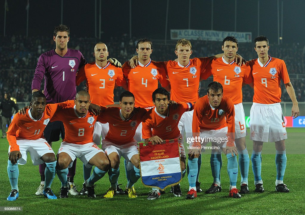 The Holland Team line up during the international friendly match between Italy and Holland at Adriatico Stadium on November 14, 2009 in Pescara, Italy.