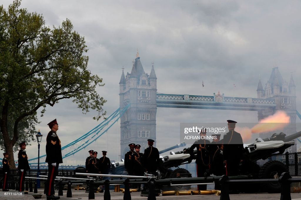 The Honourable Artillery Company fire a 62 gun salute against a backdrop of London's Tower Bridge, on April 21, 2017, as Britain's Queen Elizabeth II celebrates her 91st birthday. Britain marked the 91st birthday of Queen Elizabeth II, with the world's longest-reigning monarch. / AFP PHOTO / Adrian DENNIS