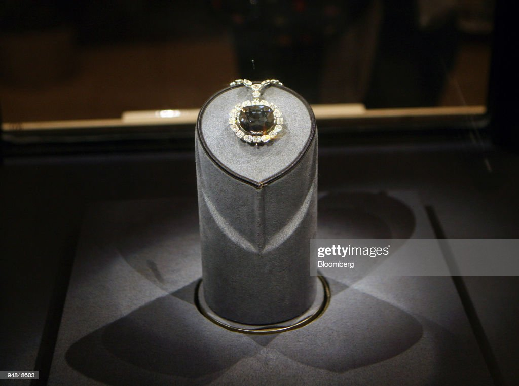 The Hope Diamond sits on display at the Smithsonian Museum o : News Photo