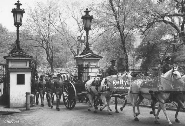 The horsedrawn carriage at the head of Franklin Delano Roosevelt's funeral procession enters the gate at Hyde Park New York April 15 1944