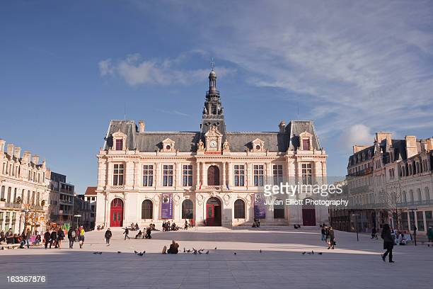 the hotel de ville or town hall of poitiers. - ポワティエ ストックフォトと画像