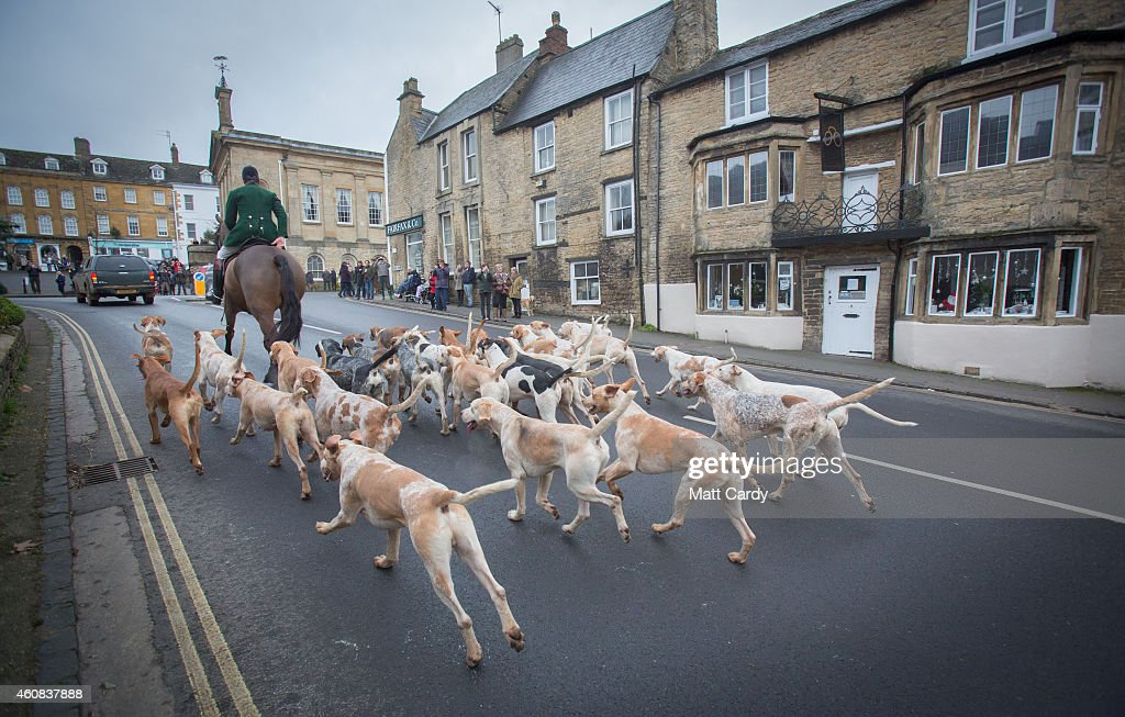 Crowds Gather In The Town Square For The Traditional Boxing Day Hunt : News Photo